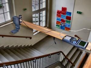 Ultraschall-Entfernungsmesser im Treppenhaus der Schule